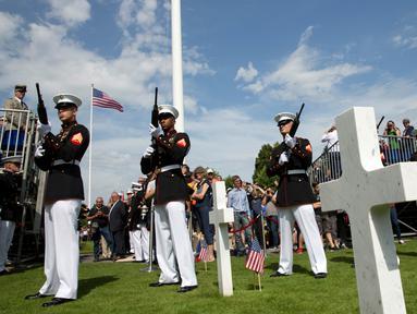 Marinir AS melakukan tembakkan saat upacara Hari Peringatan Perang Dunia I di Pemakaman Amerika Aisne-Marne di Belleau, Prancis (27/5). Di tempat tersebut ada sekitar 2.000 orang Amerika yang dimakamkan. (AP Photo / Virginia Mayo)