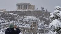 Kuil Parthenon di situs arkeologi bukit Acropolis saat hujan salju lebat di Athena. (Foto: AFP)