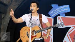 """Aksi panggung vokalis Band Noah, Ariel dalam acara Annual Gathering """"JICT Family Day 2016 di Dufan, Ancol, Jakarta, Minggu (11/12). Acara yang dihadiri keluarga besar JICT itu mengusung Tema 'We Are One JICT. (Liputan6.com/Herman Zakharia)"""