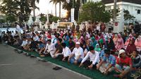 Nuansa kebersamaan terasa saat Pemkot Cirebon menggelar acara bukber on the street. Foto (Liputan6.com / Panji Prayitno)