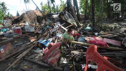 Warga mencari sisa harta benda usai tsunami menerjang Kampung Sumur, Ujung Kulon, Banten, Selasa (24/12). Kampung Sumur merupakan sebuah permukiman di pinggir laut di Kecamatan Sumur, Ujung Kulon, Banten. (Merdeka.com/Arie Basuki)