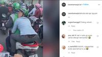 Dilansir akun Instagram @newdramaojol.id, terlihat seorang penumpang ojol tertidur sangat pulas di tengah kemacetan.
