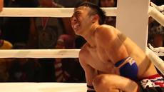 "Seni bela diri Muaythai sudah biasa diadakan di arena pertandingan ataupun di gelanggang olahraga. Namun sebuah komunitas Mix Martial Art menggelar pertandingan Muaythai di area sebuah Mal dibilangan Jakarta Selatan. Bertajuk ""Arena Fight Night"" para..."
