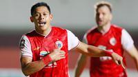 Selebrasi striker Persija Jakarta, Taufik Hidayat usai membobol gawang Persib Bandung di babak pertama final leg 1 Piala Menpora 2021, Kamis (22/04/2021) malam WIB. (Muhammad Iqbal Ichsan/Bola.com)
