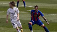 Gelandang Real Madrid Luka Modric mencoba melewati pemain Eibar dalam lanjutan Liga Spanyol di Estadio Alfredo Di Stefano, Sabtu (3/4/2021) malam WIB. (AP Photo/Bernat Armangue)