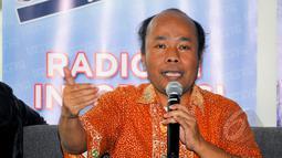 Analis Kebijakan Migrant Care, Wahyu Susilo saat menjadi pembicara dalam diskusi 'Elegi untuk TKI' di Jakarta, Sabtu (18/4/2015). Diskusi tersebut membahas tentang ribuan TKI yang tengah terjerat masalah hukum di luar negeri. (Liputan6.com/Yoppy Renato)