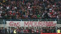 Suporter Madura United di Stadion Gelora Bangkalan, Bangkalan (2/12/2019). (Bola.com/Aditya Wany)