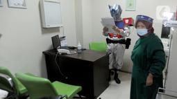 Dokter Rollando Erric Manibuy SpOT mengenakan alat pelindung diri (APD) ala transformer saat berada di RS Vania, Bogor, Jawa Barat, Jumat (22/5/2020). Penggunaan APD unik sejak merebaknya COVID-19 tersebut agar pasien tetap optimis meski sedang dalam pandemi. (merdeka.com/Arie Basuki)