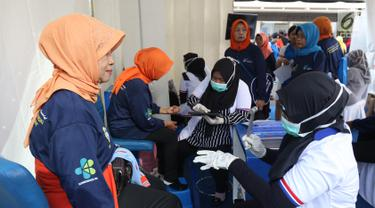 Para lansia memeriksa kesehatan saraf saat CFD di Jakarta, Minggu (7/7/2019). Kemenkes bersama Neurobion, produsen vitamin neurotropik dari P&G Health Indonesia memberikan cek kesehatan mengenai risiko neuropati di acara puncak Hari Lanjut Usia Nasional 2019. (Liputan6.com/Angga Yuniar)