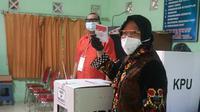 Wali Kota Surabaya Tri Rismaharini (Risma) menggunakan hak pilihnya pada Rabu, 9 Desember 2020. (Foto: Dok Istimewa)