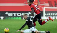 Gelandang Manchester United, Donny van de Beek, berusaha keras untuk mengamankan bola dalam laga kontra Southampton di Premier League, Minggu (29/11/2020). (MIKE HEWITT / POOL / AFP)