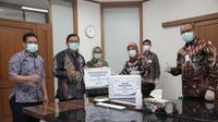 PT Surveyor Indonesia (Persero) memberikan bantuan berupa masker N-95 bagi tenaga medis di Rumah Sakit Cipto Mangunkusumo (RSCM). (dok: SI)