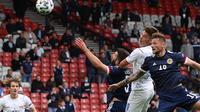 Striker Republik Ceska, Patrik Schick, mencetak gol ke gawang Skotlandia pada laga Grup D Euro 2020 di Hampden Park, Glasgow, Senin (14/6/2021). (AFP/Lee Smith)