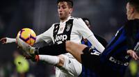 Gelandang Juventus, Joao Cancelo berebut bola dengan gelandang Inter Milan, Ivan Perisic selama pertandingan lanjutan Liga Serie A Italia di Allianz stadium, Turin (7/12). Juventus menang tipis atas Inter Milan 1-0. (AFP Photo/Marco Bertorello)