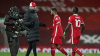 Manajer tim Liverpool, Jurgen Klopp menghibur dua pemainnya, Georginio Wijnaldum (tengah) dan Sadio Mane usai dikalahkan Burnley 0-1 dalam laga lanjutan Liga Inggris 2020/21 di Anfield Stadium, Kamis (21/1/2021). (AFP/Clive Brunskill/Pool)