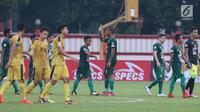 Pemain Persebaya, David Aparecido Da Silva (tengah) usai melawan Bhayangkara FC pada lanjutan Go-Jek Liga 1 Indonesia bersama Bukalapak di Lapangan PTIK, Jakarta, Rabu (11/7). Laga berakhir imbang. (Liputan6.com/Helmi Fthriansyah)