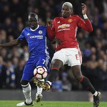 Gelandang Chelsea, N'Golo Kante, berebut bola dengan gelandang Manchester United, Paul Pogba. Bermain di kandang The Blues lebih menguasai jalannya laga, penguasaan bola mereka mencapai 73 persen. (EPA/Will Oliver)