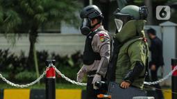 Anggota Gegana bersiap memeriksa sebuah tas mencurigakan yang ditaruh di depan Hotel Kempinski, Bundaran HI, Jakarta, Kamis (16/4/2020). Dalam pemeriksaan yang dilakukan anggota Gegana diketahui bahwa tas tersebut kosong. (Liputan6.com/Faizal Fanani)
