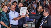 Tim hukum Prabowo-Sandi yang diketuai Bambang Widjojanto (tengah) mendaftarkan gugatan sengketa hasil Pilpres 2019 di Mahkamah Konstitusi, Jakarta, Jumat, (24/5/2019).Tim Hukum Prabowo-Sandiaga menilai ada kecurangan yang terstruktur, sistematis, dan masif. (Liputan6.com/Johan Tallo)