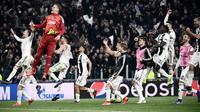 Kiper Juventus Wojciech Szczesny bersama rekan-rekan setimnya merayakan kemenangan atas Atletico Madrid pada leg kedua babak 16 besar Liga Champions di Allianz Stadium, Turin, Selasa (12/3). Ronaldo mencetak hattrick. (Marco BERTORELLO/AFP)