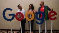 Dimas Ibrahim Aska - Head of Media Relation, Toyota Astra Motor, Amalia Fahmi - Industry Head Google Indonesia, dan  Abraham Hutagalung - Industry Analyst berpose di depan logo Google. (Herdi Muhardi))