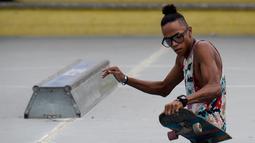 Imigran Venezuela, Alfonso Mendoza alias Alca berlatih skateboard di sebuah taman di Barranquilla, Kolombia, 28 September 2018. Alca pergi dari Venezuela ke Kolombia karena krisis yang terjadi di negaranya. (Raul ARBOLEDA/AFP)