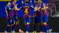Selebrasi striker Barcelona, Luis Suarez (empat dari kiri), bersama rekan-rekan setimnya pada laga kontra Espanyol di Camp Nou, Kamis (9/7/2020) dini hari WIB. (AFP/Lluis Gene)