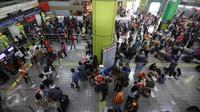 Suasana arus mudik sejumlah calon penumpang kereta api di Stasiun Gambir, Jakarta, Selasa (28/6). Memasuki H-8 Idul Fitri, warga mengaku sengaja mudik Lebaran lebih awal guna memanfaatkan libur panjang sekolah. (Liputan6.com/Faizal Fanani)