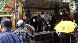 Jamaah melaksanakan ibadah salat di Musala Truck Al-Hijrah di kawasan Universitas Indonesia, Depok, Jawa Barat, Sabtu (1/2/2020). Biasanya modifikasi truck kita lihat sebagai food truck atau toilet namun uniknya truck ini dijadikan tempat beribadah atau musala. (Liputan6.com/Johan Tallo)