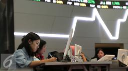 Peserta terlihat serius saat mengikuti cara berinvestasi Mandiri Skuritas di Bursa Efek Jakarta, Selasa (17/11). Mandiri Sekuritas terus mendorong pertumbuhan jumlah investor pasar modal di Indonesia. (Liputan6.com/Angga Yuniar)