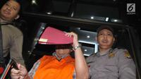 Kadis Pertanian Jawa Timur Bambang Heryanto dengan rompi tahanan meninggalkan Gedung KPK, Selasa (6/6). Bambang resmi ditahan terkait dugaan suap fungsi pengawasan penggunaan anggaran dan revisi Perda di provinsi Jawa Timur. (Liputan6.com/Helmi Afandi)