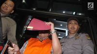 Kadis Pertanian Jawa Timur Bambang Heryanto dengan rompi tahanan meninggalkan Gedung KPK, Selasa (6/6). Bambang resmi ditahan terkait dugaan suap fungsi pengawasan penggunaan anggaran dan revisi Perda di provinsi Jawa Timur.(Www.sulawesita.com)