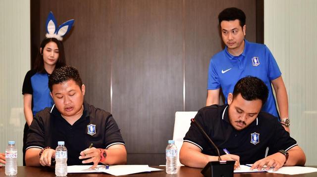 Dua atlet PES Indonesia, Adyatma dan Rizal, sedang menandatangani kontrak.  (FOTO / BGPU)