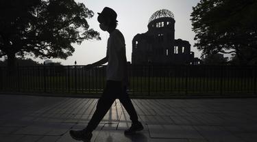 Kubah Bom Atom terlihat saat senja di Hiroshima, Jepang, Selasa (4/8/2020). Kota Hiroshima akan memperingati 75 tahun pemboman atom oleh Amerika Serikat pada 6 Agustus 2020. (AP Photo/Eugene Hoshiko)