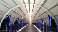 Jembatan penyeberangan orang (JPO) makin banyak didatangi orang untuk foto-fototo kece. Yang terbaru di Gading Serpong berharga Rp 12 miliar. (Liputan6.com/Pramita Tristiawati)