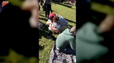 Seorang anak kecil memeluk semua orang yang dilihatnya pada sebuah taman untuk mengungkapkan salam perpisahan.