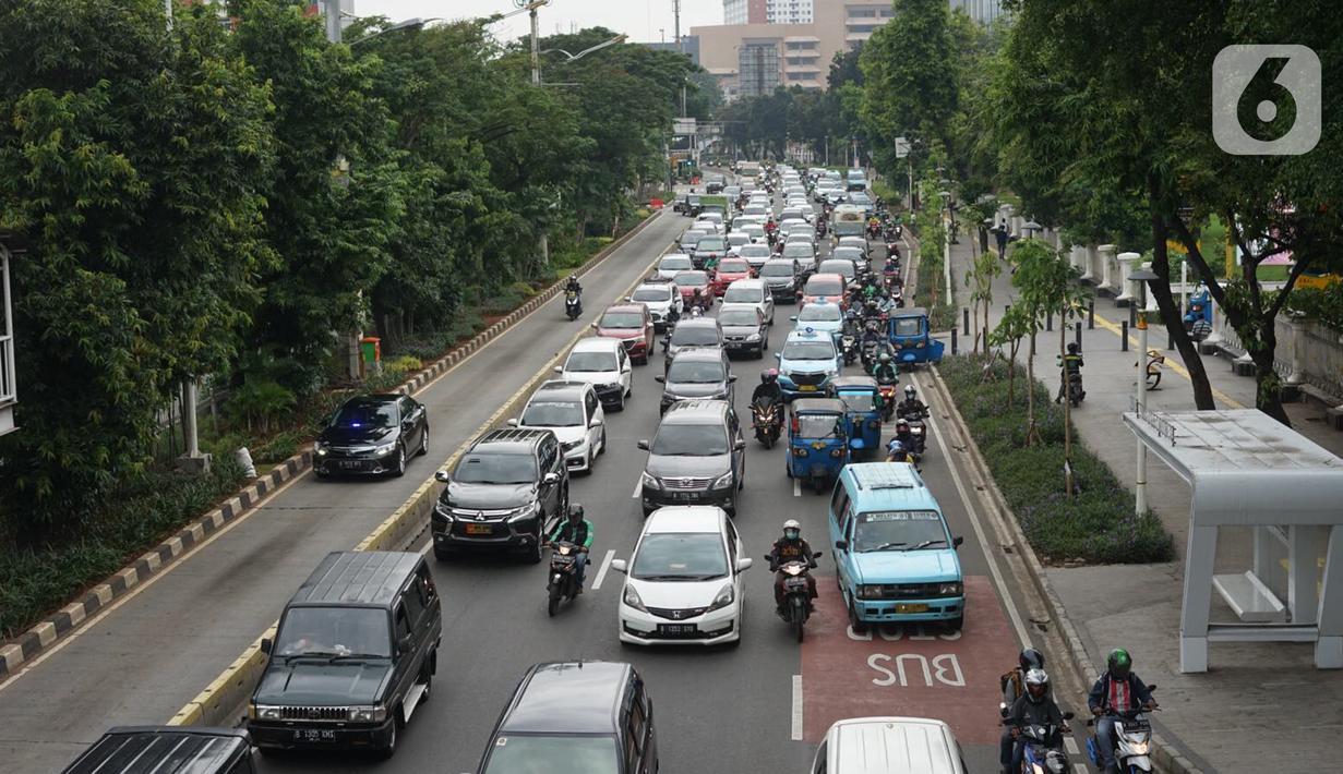 Kendaraan terjebak kemacetan saat melintas di Jalan Salemba Raya, Jakarta Pusat, Senin (4/5/2020). Meskipun sistem PSBB sedang diberlakukan, namun sejumlah jalan di Ibu kota tetap ramai dengan kendaraan akibat masih banyaknya warga yang beraktivitas di luar rumah. (Liputan6.com/Immanuel Antonius)