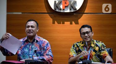 Ketua KPK Firli Bahuri (kiri) dan Plt Jubir KPK Ali Fikri menyampaikan keterangan terkait pengembangan kasus proyek jalan Bengkalis di Gedung KPK, Jakarta, Jumat (17/1/2020). KPK menetapkan 10 tersangka dalam kasus tersebut. (merdeka.com/Dwi Narwoko)