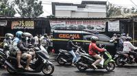Kendaraan tersendat saat penggerebekan rumah terduga teroris di kawasan Condet, Jakarta Timur, Senin (29/3/2021). Hingga saat ini petugas gabungan masih berjaga di lokasi untuk penyelidikan. (merdeka.com/Iqbal S Nugroho)