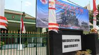 Kantor Kodim 0721 Blora, diketahui Liputan6 com mengibarkan bendera setengah tiang dalam rangka memperingati G30S/PKI. Untuk mayoritasnya kediaman warga Blora banyak yang tidak mengibarkan bendera setengah tiang. (Liputan6.com/Ahmad Adirin)