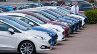 Seorang karyawan terlihat di antara mobil-mobil yang dijual di Bury di dekat Manchester, Inggris, pada 1 Juni 2020. Retail dan ruang pamer (showroom) mobil luar ruangan mulai dibuka pada 1 Juni dan retail nonesensial lainnya akan dibuka pada 15 Juni mendatang. (Xinhua/Jon Super)