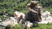 Korea Utara meledakkan terowongan-terowongan situs uji nuklirnya di Punggye-ri, Kamis (24/5). Pemimpin Korea Utara, Kim Jong-un menepati janji untuk menghancurkan situs uji coba nuklir negaranya dan secara resmi menutupnya. (Korea Pool/Yonhap via AP)