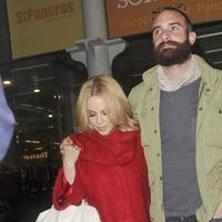 Kylie Minogue dan Joshua Sasse (via aceshowbiz.com)