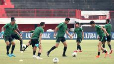 Pemain Timnas Indonesia, Otavio Dutra, bersama rekan-rekannya saat latihan di Stadion I Wayan Dipta, Bali, Senin (14/10). Latihan ini persiapan jelang laga Kualifikasi Piala Dunia 2022 melawan Vietnam. (Bola.com/Aditya Wany)