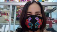 Masker Sulam Tumpar bermotif Dayak kini mulai dilirik pasar sebagai tren berpakaian selama pandemi Covid-19.