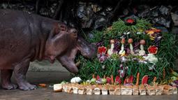 Roti, buah dan sayur dihadiahkan untuk Mali saat ulang tahun ke-50 di Kebun Binatang Dusit, Bangkok, Thailand, Jumat (23/9). (REUTERS / Chaiwat Subprasom)