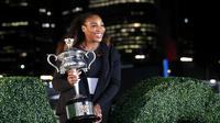 Serena Williams berpose dengan trofi setelah menjuarai Australia Terbuka 2017. Petenis berusia 35 tahun tersebut tidak akan mengikuti banyak turnamen pada tahun ini. (AP Photo/Dita Alangkara)