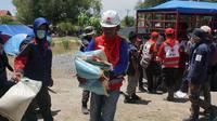 Tim relawan Palang Merah Indonesia (PMI) mendistribusikan bantuan logistik untuk korban gempa dan tsunami Palu. (Palang Merah Indonesia)