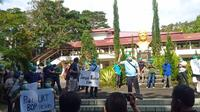 Aksi unjuk rasa ratusan calon dokter spesialis di kampus Unsrat Manado menuntut pengurangan BOP.