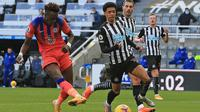 Penyerang Chelsea, Tammy Abraham, mencetak gol ke gawang Newcastle United pada laga lanjutan pekan kesembilan Premier League 2020-2021.(AFP/Lindsey Parnaby)